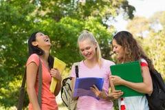 Amis féminins heureux d'université au campus Photographie stock libre de droits