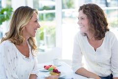 Amis féminins heureux dans le restaurant Photos stock