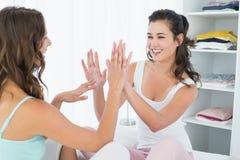 Amis féminins heureux jouant le jeu de applaudissement Images libres de droits