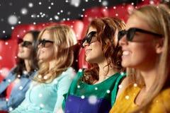 Amis féminins heureux observant le film dans le théâtre 3d Photos stock