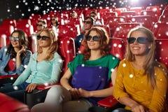 Amis féminins heureux observant le film dans le théâtre 3d Photos libres de droits