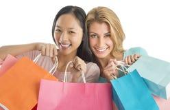 Amis féminins heureux portant des sacs à provisions Photos libres de droits