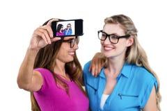 Amis féminins heureux prenant l'autoportrait Photos stock
