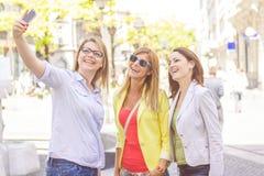Amis féminins heureux prenant Selfie Photos libres de droits