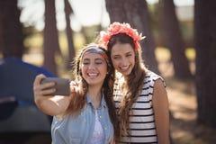 Amis féminins heureux prenant Selfie Images libres de droits