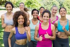Amis féminins heureux pulsant en parc Photographie stock libre de droits