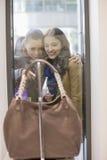 Amis féminins heureux regardant la bourse par le viseur Images libres de droits