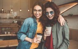 Amis féminins insouciants ayant le repos en café confortable Images stock