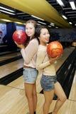 Amis féminins jouant au bowling image libre de droits