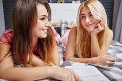 Amis féminins lisant le magazine ensemble Images libres de droits