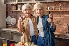 Amis féminins mûrs heureux montrant le signe correct Photographie stock