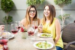 Amis féminins mangeant le dîner ensemble Photos libres de droits