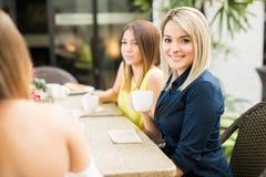 Amis féminins mignons à un café Photo libre de droits