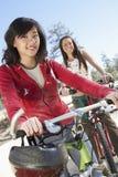 Amis féminins montant la bicyclette Image stock