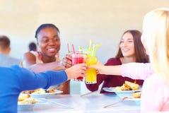 Amis féminins multiraciaux ayant l'amusement dans le restaurant Photo stock