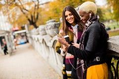 Amis féminins multiraciaux buvant du café Photographie stock libre de droits