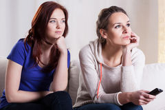Amis féminins observant le film Image libre de droits