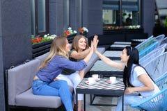 Amis féminins passant le temps au café et prenant le déjeuner Images libres de droits