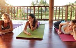 Amis féminins pendant la coupure de classe de yoga Photo stock