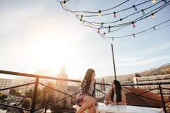 Amis féminins pendant la partie de dessus de toit Photo libre de droits