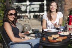 Amis féminins pendant le BBQ Photos stock