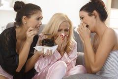 Amis féminins pleurant ensemble à la maison Image stock