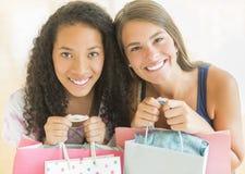 Amis féminins portant des sacs à provisions Images libres de droits