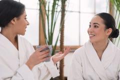 Amis féminins positifs appréciant leur thé Photo libre de droits