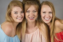 Amis féminins positifs ayant l'amusement Images libres de droits