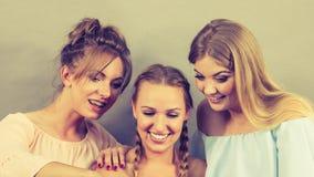 Amis féminins positifs ayant l'amusement Photo libre de droits