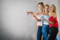 Amis féminins positifs ayant l'amusement Photo stock