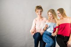 Amis féminins positifs ayant l'amusement Image stock