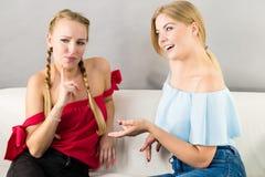 Amis féminins positifs ayant l'amusement Photographie stock libre de droits