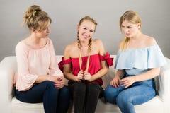 Amis féminins positifs ayant l'amusement Photos libres de droits