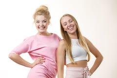Amis féminins positifs ayant l'amusement Photos stock