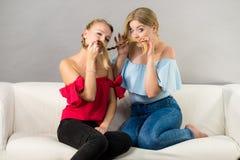 Amis féminins positifs ayant l'amusement Images stock
