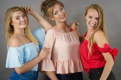 Amis féminins positifs ayant l'amusement Photographie stock