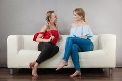 Amis féminins positifs ayant l'amusement Image libre de droits
