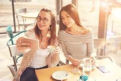 Amis féminins positifs faisant des selfies Photos libres de droits