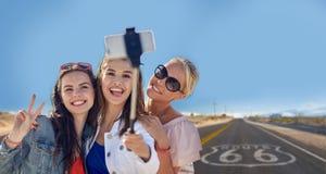 Amis féminins prenant à selfie au-dessus de nous l'itinéraire 66 image libre de droits