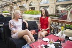 Amis féminins prenant le déjeuner ensemble au mail Image stock
