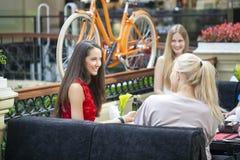 Amis féminins prenant le déjeuner ensemble au mail Image libre de droits
