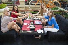Amis féminins prenant le déjeuner ensemble au mail Photos stock