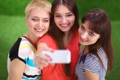 Amis féminins prenant le selfie avec le téléphone portable Photos libres de droits