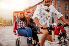 Amis féminins prenant le selfie sur le tricycle Image stock
