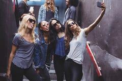 Amis féminins prenant le selfie tout en se tenant sur des étapes Images stock