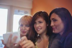 Amis féminins prenant Selfie Photo libre de droits
