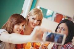 Amis féminins prenant Selfie Images stock