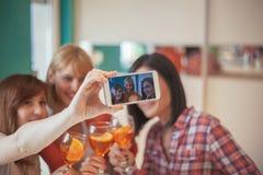 Amis féminins prenant Selfie Photographie stock libre de droits