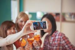 Amis féminins prenant Selfie Photos libres de droits